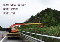平谷公路采用新型车载绿篱修剪机对绿化带进行